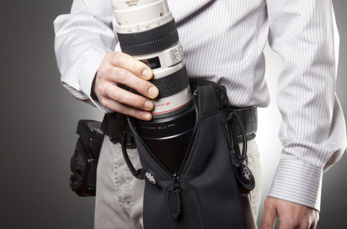 Grip your lens at the mid-section